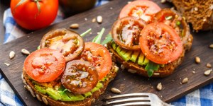 Tostada aguacate tomate