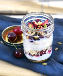 Yogur con fruta y semillas